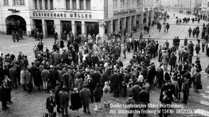 Schwarz weiß Foto von Menschen am Bertoldsbrunnen