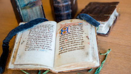Antikes offenes Buch