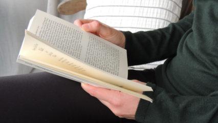 Person liest Buch