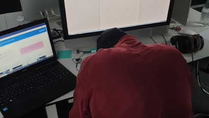 Verzweifelte Person vor Laptop