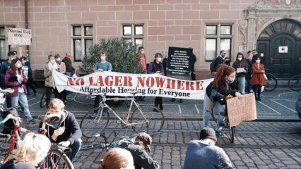 Demonstrant*innen vor dem Regierungspräsidium